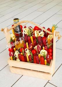 Мужской букет в ящике с колбасками и сырами